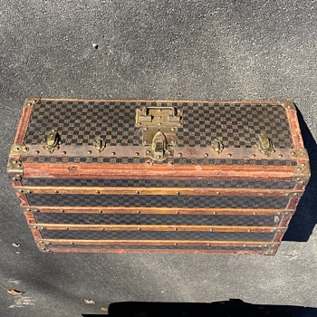 Help me with this old trunk - Furniture