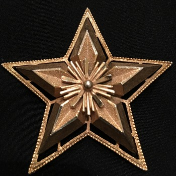 Gold Tone Chunky Star Brooch with Starburst Centre - Costume Jewelry
