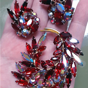 Red Sherman Feather Brooch and Earrings - Costume Jewelry