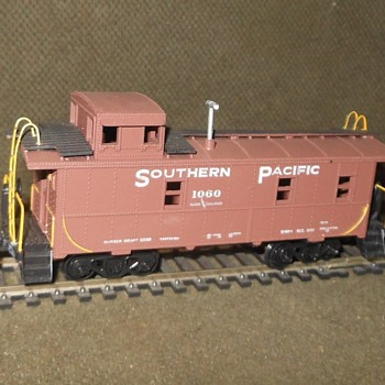 HO Scale Athearn Southern Pacific Cabooses 2 Of Them - Model Trains