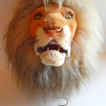 Marshall Fields, Western Germany Mechanical Lion Head Trophy with growling feature. - Animals