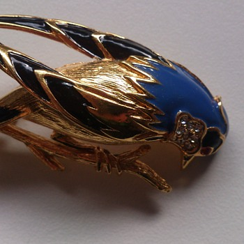 Carven bird brooch. - Costume Jewelry
