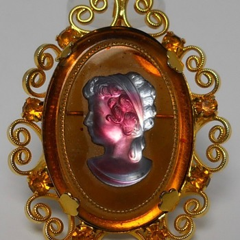 Glass Cameo, Brooch/Pendant, Celebrity Brand, New-York, Circa 1970 - Costume Jewelry
