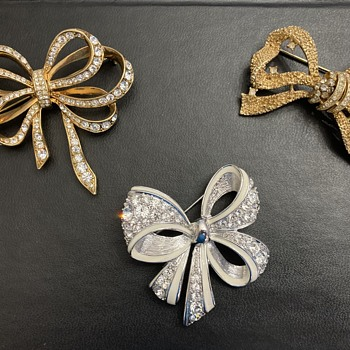 Bow brooches - Costume Jewelry