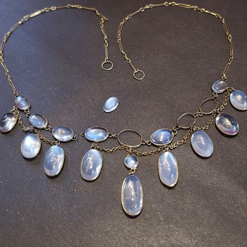 A poor antique moonstones and gold fringe necklace. - Fine Jewelry