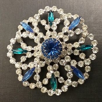 Hobe brooch  - Costume Jewelry