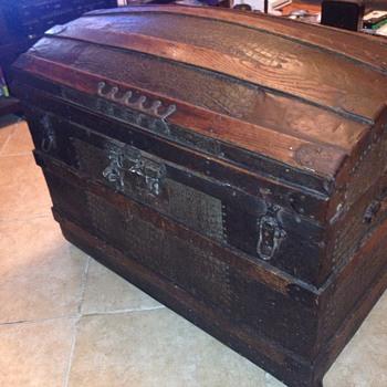 Barrel top trunk alligator embossed - Furniture