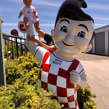 Big Boy holds up Big Boy - Advertising