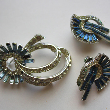 Corocraft brooch and matching earrings - Costume Jewelry
