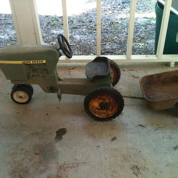 JOHN DEERE PEDAL TRACTOR - Tractors