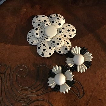 Enamel flower - Costume Jewelry