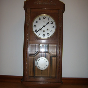 Who is the maker of this wall clock? - Clocks