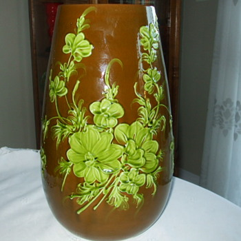 Need Help Identifying this Huge Flower Vase - Pottery