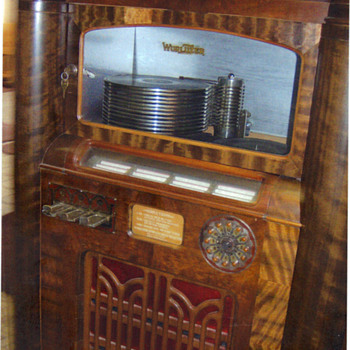 Wurlitzer model 412 with optional light bar  - Coin Operated