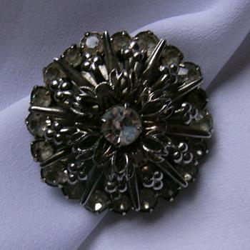 Vintage round brooch. - Costume Jewelry