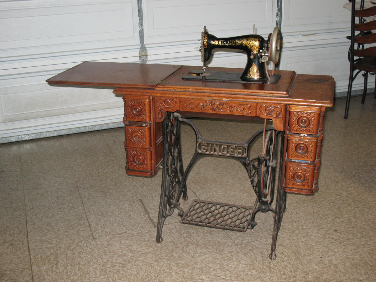 Singer Sewing machine in original Cabinet | Collectors Weekly