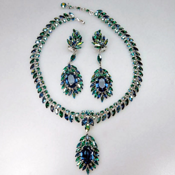 SHERMAN RARE MONTANA BLUE & EMERALD GREEN - PENDANT CLUSTER MOTIF NECKLACE SET SIGNED SHERMAN - Costume Jewelry