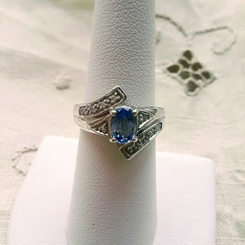 Ceylon Sapphire Gemstone from Sri Lanka, set in 18Kt White Gold with Small Diamonds as Accents. - Fine Jewelry