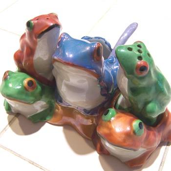 Luster frog condiment salt & pepper set