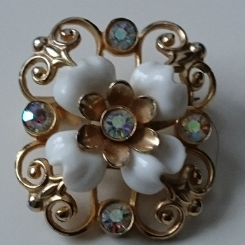 Vintage Coro brooch  in gold tone metall,  aurora borealis rhinestones and white enamel  - Costume Jewelry