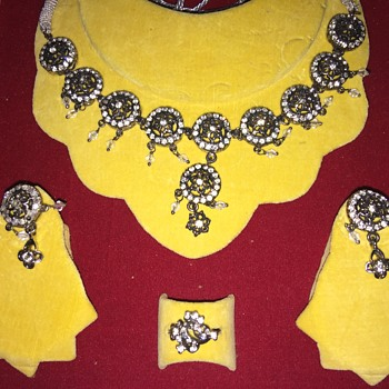 Gaudy paste jewelry set in case - Costume Jewelry