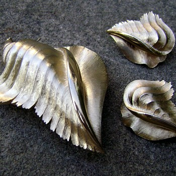 Trifari Conch Seashell Brooch Set - Costume Jewelry