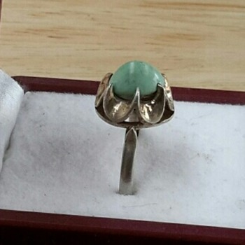 Unmarked sterling silver green stone ring