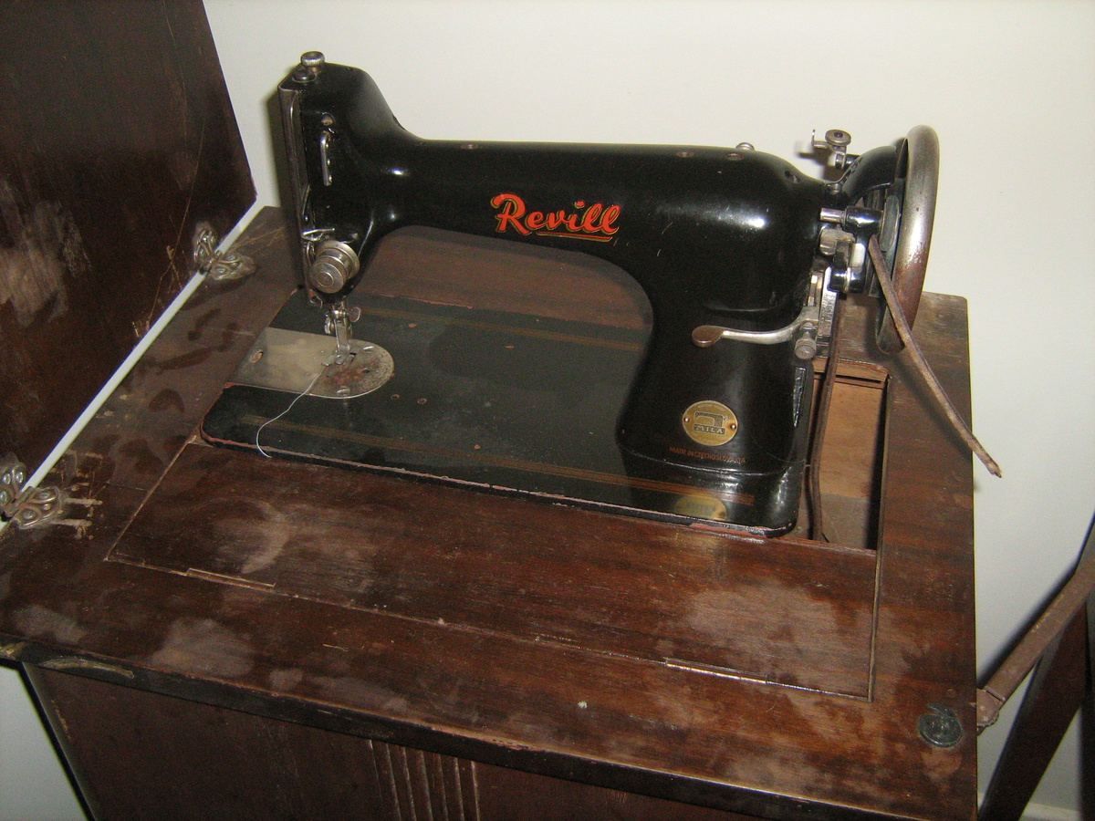 1928 singer sewing machine with cabinet