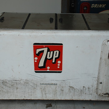 7 UP very large old cooler - Advertising