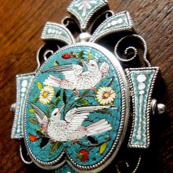 VICTORIAN SILVER MICRO MOSAIC TWO DOVE PENDANT CIRCA 1860 ON MAGNIFICIENT CHAIN. - Fine Jewelry