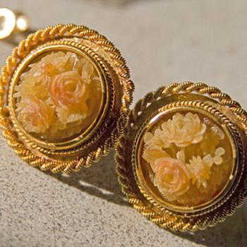 A Pair of 18k Gold & Horn Bill Earrings. - Asian