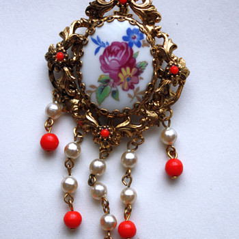 Two vintage brooches - Costume Jewelry