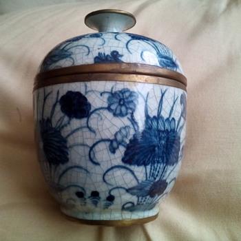 Chinese, pretty lidded pot - Pottery