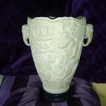 my latest carboot find could anyone help me to identify it please it's beautiful. - Pottery