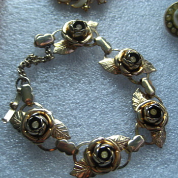 Vintage 1940's Rose Bracelet! ths matches the earrings & brooch I posted earlier - Costume Jewelry