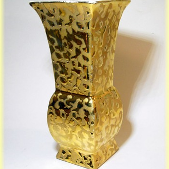 Savoy China Vase - Made in the USA ( Weeping Gold Vase ) - - Pottery