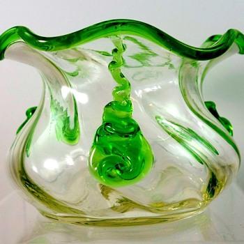Loetz Kristall Schiefgewalzt Mit Gruen Tropfen (1908). - Art Glass