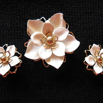 "Emmons ""White Camellia"" 1966 - Costume Jewelry"