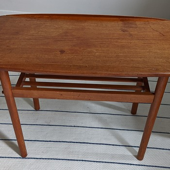 Mid Century Modern side table. - Furniture