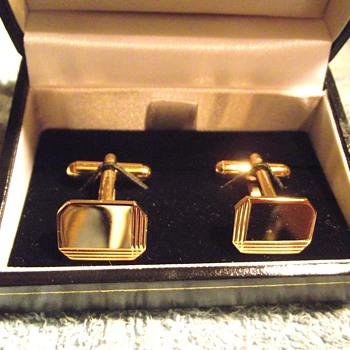1970-mens gold cufflinks.