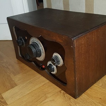 Antique Radio - identification help needed - Radios