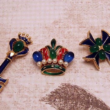 Crown Trifari 1960...3 pins from same collection - Costume Jewelry