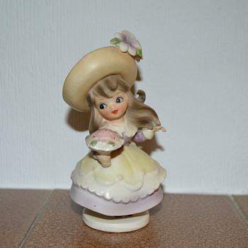 Little girl with a bouquet figurine - Figurines