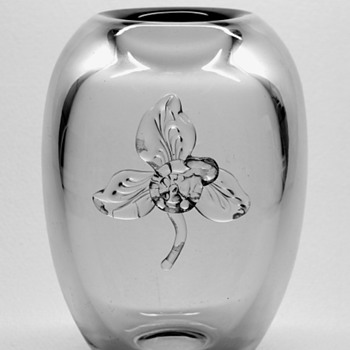 Gerda Stromberg vase with Knut Bergqvist applied flower. - Art Glass