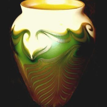 EARLY QUEZAL VASE c. 1910 - Art Glass