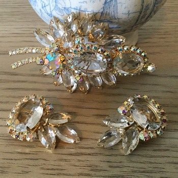 D & E CLEAR CRYSTAL BROOCH…I finally found it! - Costume Jewelry