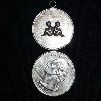 Help Please!! Vintage looking silver charm!