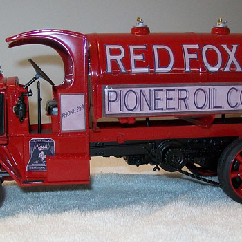 1926 Mack AC fuel tanker Revell model - Model Cars