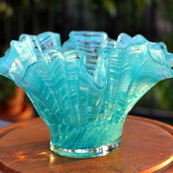 Pretty bowl by Hineri Glass Iwatsu - Art Glass