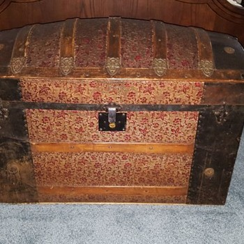 Trunk or traveling chest - Furniture